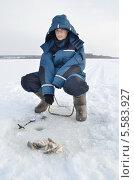 Купить «Юный рыболов с уловом на зимней рыбалке», эксклюзивное фото № 5583927, снято 18 февраля 2012 г. (c) Елена Коромыслова / Фотобанк Лори