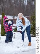 Купить «Молодая мама с дочкой лепят снеговика из снега», фото № 5584463, снято 9 февраля 2014 г. (c) Кекяляйнен Андрей / Фотобанк Лори