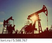 Купить «Силуэты нефтяных насосов», фото № 5588767, снято 19 октября 2018 г. (c) Михаил Коханчиков / Фотобанк Лори
