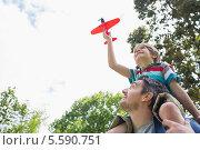 Купить «Boy with toy aeroplane sitting on father's shoulders», фото № 5590751, снято 8 ноября 2013 г. (c) Wavebreak Media / Фотобанк Лори