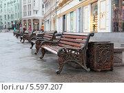Лавочки на улице Кузнецкий Мост. Москва (2014 год). Редакционное фото, фотограф Николай Голиков / Фотобанк Лори