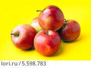 Красные яблоки на желтом фоне. Стоковое фото, фотограф Olga Kilesso / Фотобанк Лори