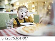 Купить «Мальчик зевает за столиком в кафе», фото № 5601007, снято 24 декабря 2013 г. (c) Данил Руденко / Фотобанк Лори