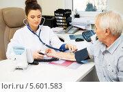 Купить «Врач проверяет кровяное давление у пожилого мужчины», фото № 5601583, снято 23 января 2014 г. (c) Andrejs Pidjass / Фотобанк Лори