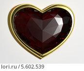 Купить «Ювелирное украшение в виде сердца на белом фоне», иллюстрация № 5602539 (c) Александр Степанов / Фотобанк Лори