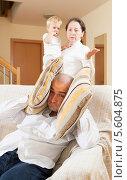 Мужчина закрывает уши чтобы не слушать претензии тещи. Стоковое фото, фотограф Дарья Филимонова / Фотобанк Лори