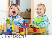 Купить «Счастливые сестренки весело смеются, играя с конструктором», фото № 5606787, снято 25 мая 2019 г. (c) Яков Филимонов / Фотобанк Лори