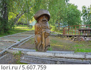 Купить «Деревянная скульптура Дед-лесовик в парке», фото № 5607759, снято 28 августа 2013 г. (c) Светлана Попова / Фотобанк Лори