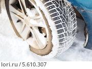 Зимние шины со снегом крупным планом. Стоковое фото, фотограф Syda Productions / Фотобанк Лори