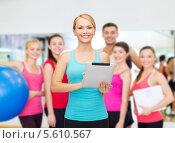 Купить «Инструктор по фитнесу с планшетным компьютером в спортивном зале», фото № 5610567, снято 7 января 2014 г. (c) Syda Productions / Фотобанк Лори