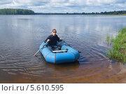 Купить «Юный рыболов отправляется на рыбалку на озере Вселуг», эксклюзивное фото № 5610595, снято 26 августа 2013 г. (c) Елена Коромыслова / Фотобанк Лори