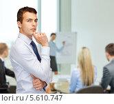 Купить «Задумчивый бизнесмен на фоне совещания», фото № 5610747, снято 12 сентября 2013 г. (c) Syda Productions / Фотобанк Лори