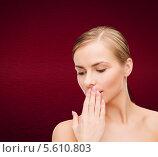 Купить «Молодая блондинка зевает, прикрывая рот рукой», фото № 5610803, снято 5 декабря 2013 г. (c) Syda Productions / Фотобанк Лори