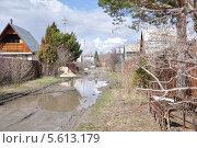 Купить «Разбитая грунтовая дорога на дачах», фото № 5613179, снято 3 мая 2013 г. (c) Екатерина Воронкова / Фотобанк Лори