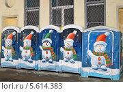 Купить «Туалетные кабинки со снеговиками. Москва», эксклюзивное фото № 5614383, снято 30 декабря 2012 г. (c) Сергей Соболев / Фотобанк Лори