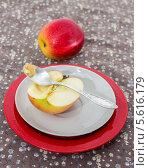 Купить «Скобленое яблочко для ребенка», фото № 5616179, снято 22 февраля 2014 г. (c) Наталья Осипова / Фотобанк Лори