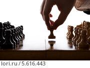Мужчина делает первый ход белой пешкой в шахматной игре. Стоковое фото, фотограф Александр Калугин / Фотобанк Лори