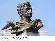 Купить «Александр Грин, памятник в городе Кирове», фото № 5617475, снято 23 августа 2013 г. (c) Михаил Смирнов / Фотобанк Лори