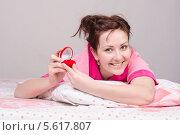 Купить «Девушке в постели подарили кольцо», фото № 5617807, снято 16 февраля 2014 г. (c) Иванов Алексей / Фотобанк Лори
