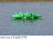 Крокодил, надувная игрушка на воде (2005 год). Редакционное фото, фотограф Валерий Волобоев / Фотобанк Лори