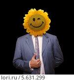 Бизнесмен с улыбающимся подсолнечником вместо головы. Черный фон. Стоковое фото, фотограф Roman Barelko / Фотобанк Лори