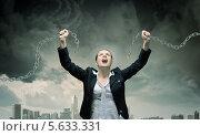 Купить «Бизнес-леди , разрывающая руками железную цепь на фоне пасмурного неба и города», фото № 5633331, снято 19 июня 2019 г. (c) Sergey Nivens / Фотобанк Лори