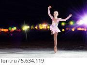 Купить «Маленькая фигуристка на коньках в свете софитов», фото № 5634119, снято 17 января 2013 г. (c) Sergey Nivens / Фотобанк Лори