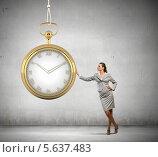 Купить «Деловая женщина стоит, опираясь о большие карманные часы», фото № 5637483, снято 17 августа 2018 г. (c) Sergey Nivens / Фотобанк Лори