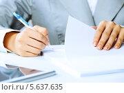Купить «Подписание договора. Женские руки крупным планом», фото № 5637635, снято 3 июня 2013 г. (c) Sergey Nivens / Фотобанк Лори