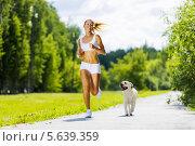 Купить «Спортивная девушка на пробежке в летнем парке вместе с собакой», фото № 5639359, снято 29 июня 2013 г. (c) Sergey Nivens / Фотобанк Лори