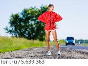 Купить «Улыбающаяся спортивная девушка в шортах и ветровке стоит у дороги», фото № 5639363, снято 29 июня 2013 г. (c) Sergey Nivens / Фотобанк Лори