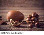 Купить «Яйца из шоколада на деревянном фоне», фото № 5641227, снято 15 февраля 2014 г. (c) Майя Крученкова / Фотобанк Лори