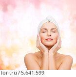 Очаровательная девушка в полотенце наносит крем на лицо. Стоковое фото, фотограф Syda Productions / Фотобанк Лори