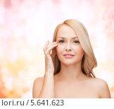 Купить «Красивая блондинка касается пальцами кожи у глаза», фото № 5641623, снято 7 января 2014 г. (c) Syda Productions / Фотобанк Лори