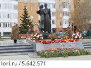 Купить «Почетный караул у бронзовых выпускников 1941 года», фото № 5642571, снято 9 мая 2013 г. (c) Анатолий Матвейчук / Фотобанк Лори