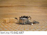 Маленький металлический заварочный чайник с листьями и два кусочка сахара. Стоковое фото, фотограф Юрий Дюндин / Фотобанк Лори