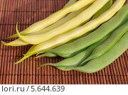 Купить «Спаржевая зеленая и желтая фасоль на бамбуковой салфетке», эксклюзивное фото № 5644639, снято 11 июля 2013 г. (c) Елена Коромыслова / Фотобанк Лори