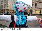 Купить «Кукла масленицы в пешеходной зоне - улица Кузнецкий мост в центре Москвы», фото № 5645231, снято 24 февраля 2014 г. (c) Николай Винокуров / Фотобанк Лори