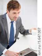 Купить «Офисный сотрудник в деловом костюме работает в кабинете», фото № 5647007, снято 3 октября 2013 г. (c) Syda Productions / Фотобанк Лори