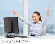 Купить «Счастливая деловая женщина радуется успеху в офисе», фото № 5647147, снято 8 декабря 2013 г. (c) Syda Productions / Фотобанк Лори