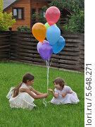 Две девочки на траве с разноцветными воздушными шарами. Стоковое фото, фотограф Савицкая Татьяна Сергеевна / Фотобанк Лори