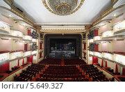 Вид на зрительный зал и сцену театра Вахтангова, Москва (2012 год). Редакционное фото, фотограф Losevsky Pavel / Фотобанк Лори