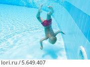 Мамленький мальчик под водой в бассейне с прозрачной голубой водой. Стоковое фото, фотограф Losevsky Pavel / Фотобанк Лори