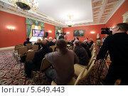 Купить «Журналисты сидят перед телевизором в Красном зале в Большом Кремлевском дворце в Москве, Россия», фото № 5649443, снято 24 апреля 2012 г. (c) Losevsky Pavel / Фотобанк Лори