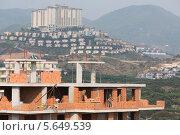 Купить «Рабочие на стройке на фоне отеля Goldcity Tourism Complex, Аланья, Турция», фото № 5649539, снято 8 июля 2012 г. (c) Losevsky Pavel / Фотобанк Лори