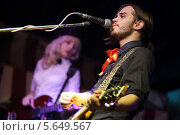 Купить «Гитарист на сцене перед микрофоном», фото № 5649567, снято 27 апреля 2012 г. (c) Losevsky Pavel / Фотобанк Лори