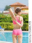 Купить «Молодая женщина делает гимнастику у бассейна», фото № 5649779, снято 10 июля 2012 г. (c) Losevsky Pavel / Фотобанк Лори