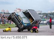 Купить «Каскадеры лежат под едущим на двух колесах автомобилем на фестивале искусства и кино, Тушино 25 августа 2012 года», фото № 5650071, снято 25 августа 2012 г. (c) Losevsky Pavel / Фотобанк Лори