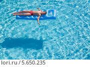 Купить «Мальчик спит на надувном матрасе в бассейне в солнечный день», фото № 5650235, снято 14 июля 2012 г. (c) Losevsky Pavel / Фотобанк Лори