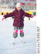Купить «Улыбающаяся девочка катается на коньках», фото № 5650367, снято 19 января 2013 г. (c) Losevsky Pavel / Фотобанк Лори